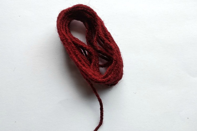 yarn in a loop to make a necklace