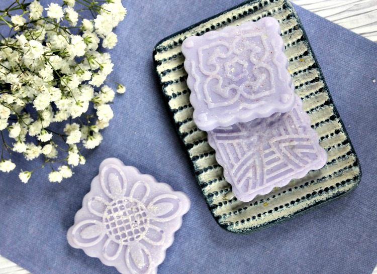 Do you have rough patches of skin that could use some extra love? These Lavender Salt Scrub Bars exfoliate dead skin away, leaving fresh new skin to moisturize!